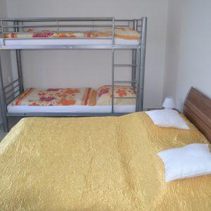 Spálňa s dvojpostelou a poschodovou postelou