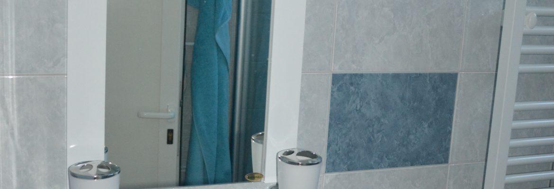 Umývadlo so zrkadlom v kúpeľni